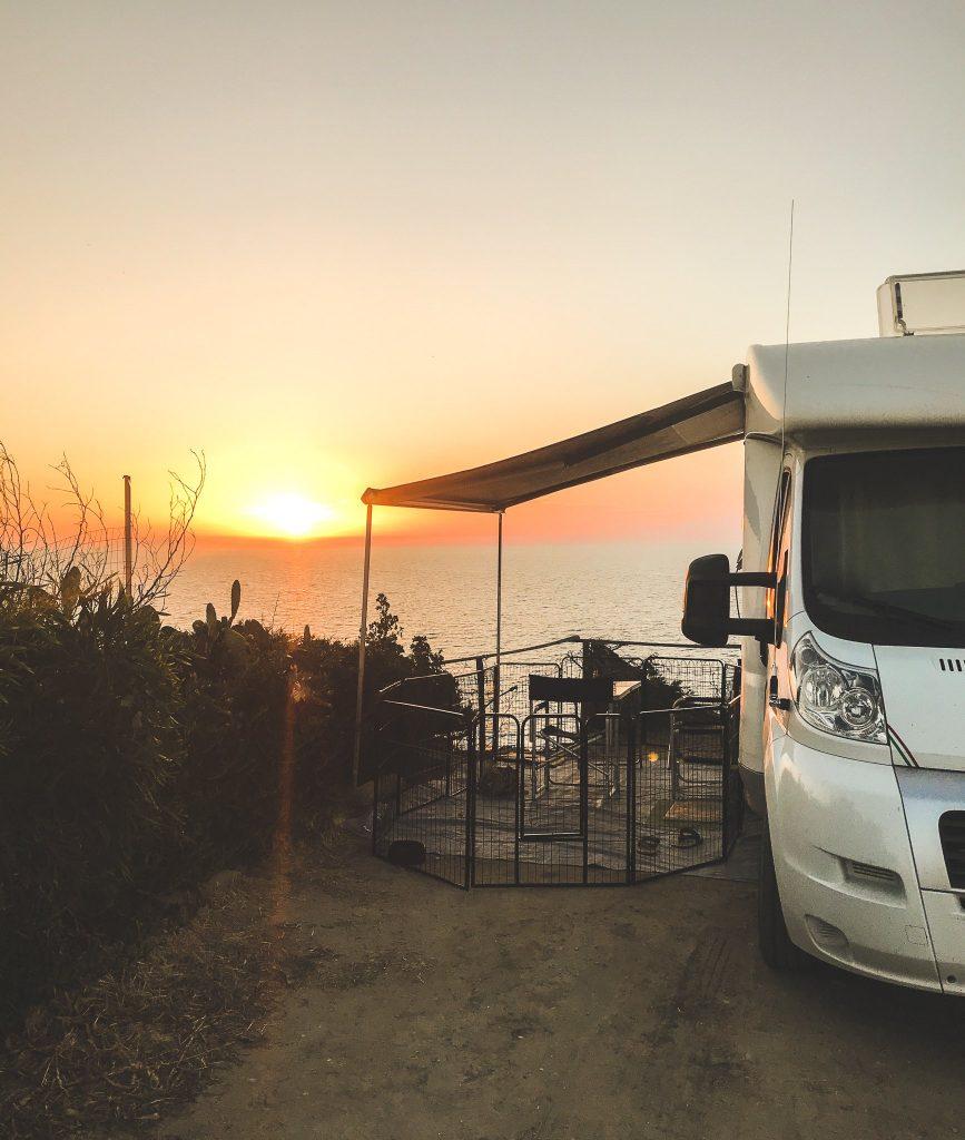 Il camper di Cera una Bolla con il tramonto sul mare